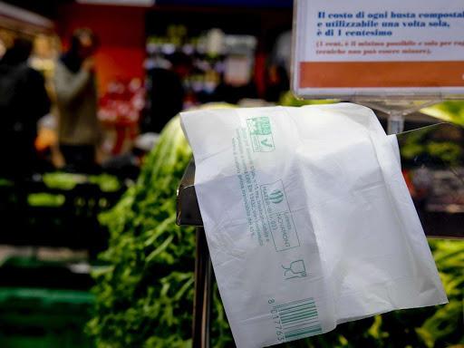 Una bolsa compostable sobre un mostrador
